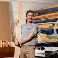 Innungsschreiner mit Holz